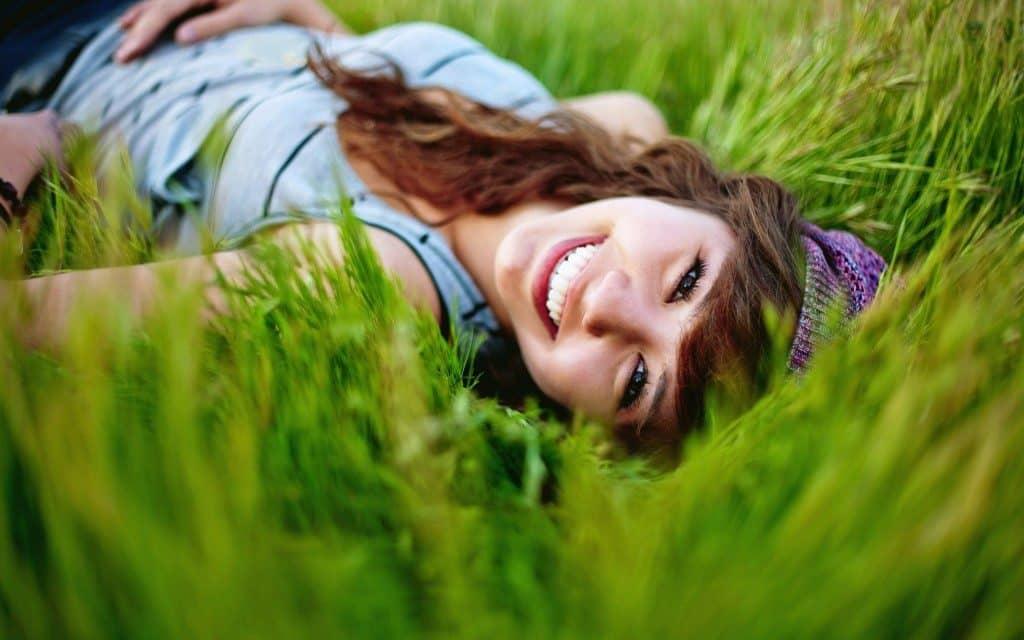 wallpaper-girl-smile-spirit-nature-summer-grass-1024x640-9159752
